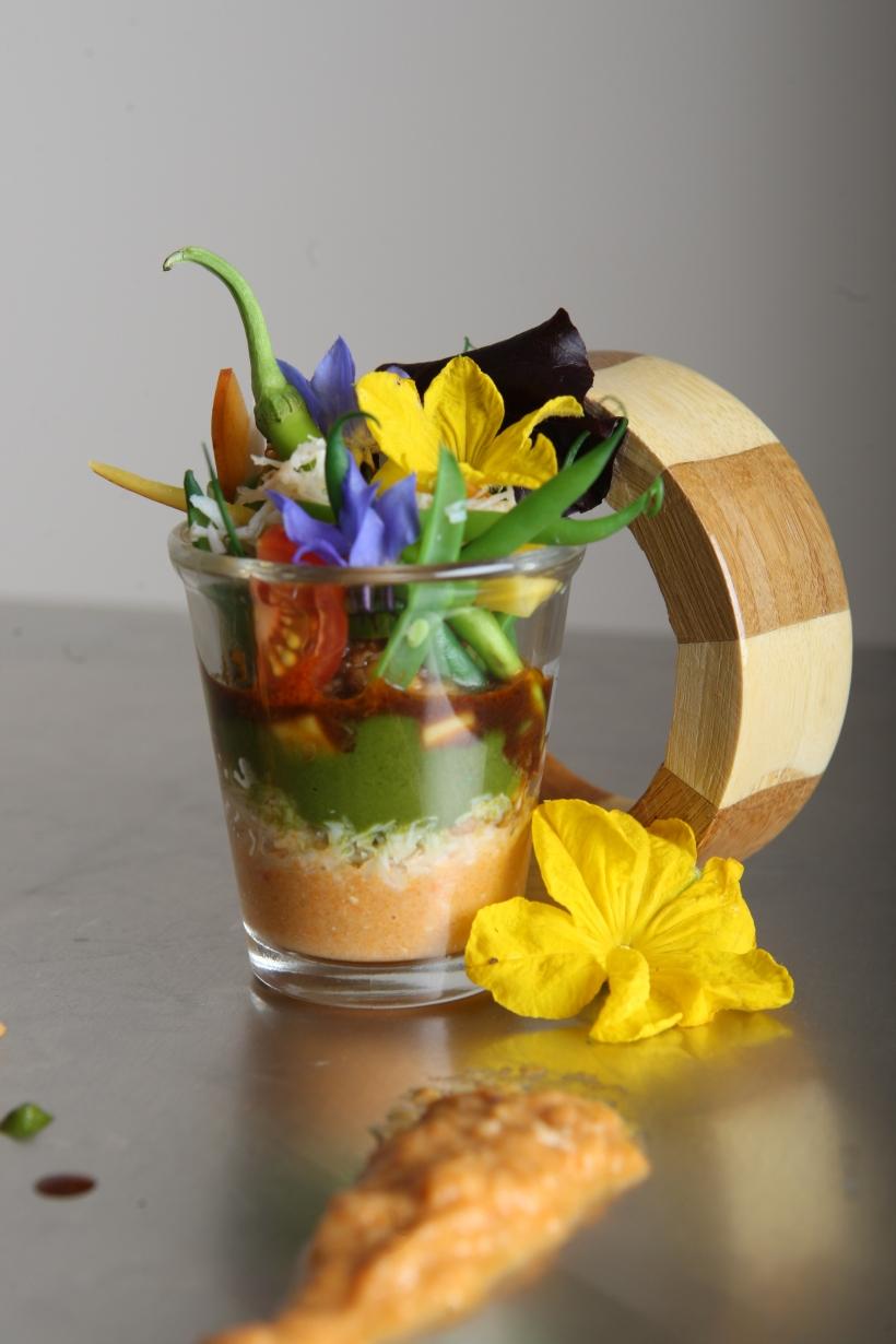 Vaso de Buey de Mar, puree de guisantes, judias verdes y flores de la huerta